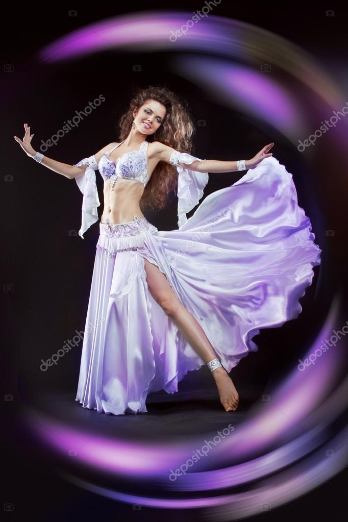 mujer hermosa bailarina exótica en danza oriental traje blanco ...