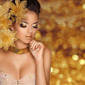 módní krásy dívka portrét s květinami izolovaných na zlaté bok