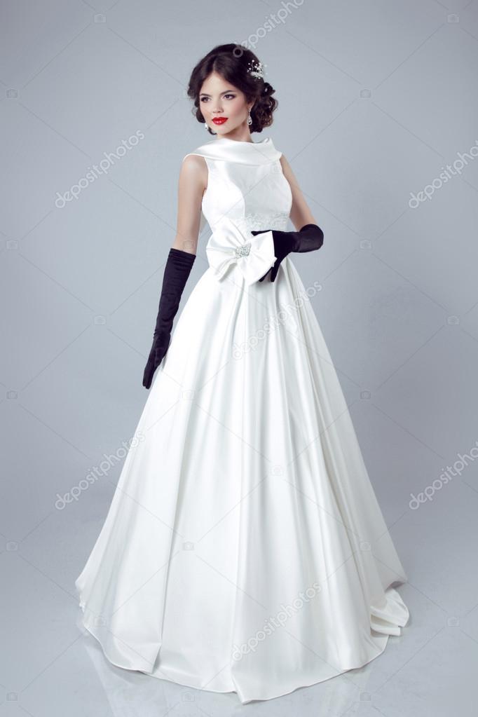 Grijze Trouwjurk.Mooie Bruid Vrouw Poseren In Trouwjurk Geisoleerd Op Grijze B