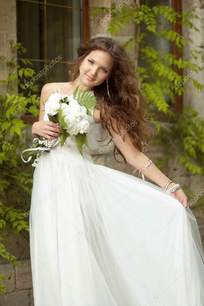 Schone Gluckliche Braut Mit Lange Welliges Haar Und Hochzeit Make Up