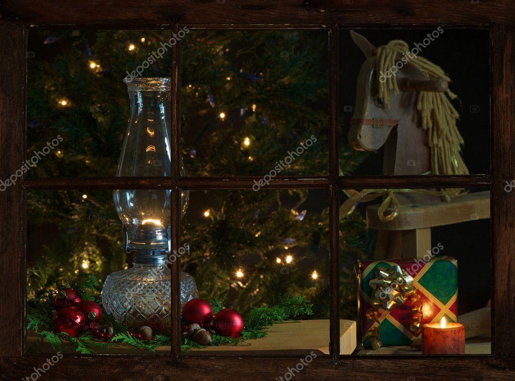gemütliche Weihnachten Szene, wie Sie durch das Bauernhaus-Fenster ...