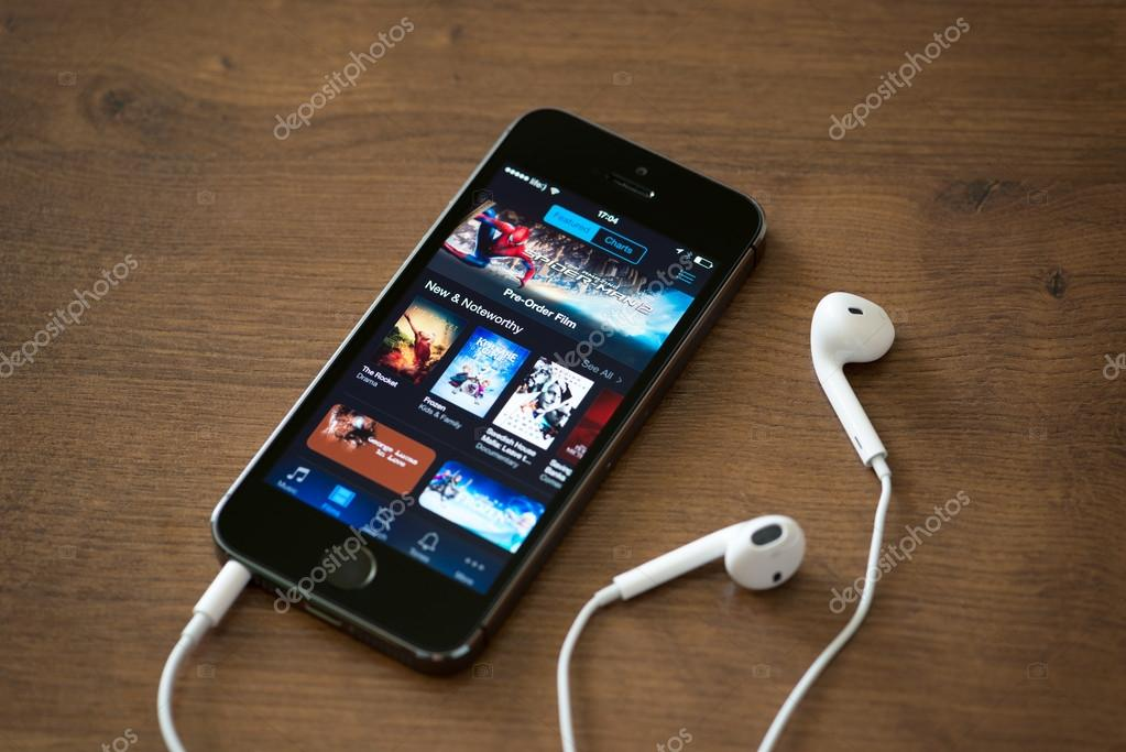 iTunes application on Apple iPhone 5S – Stock Editorial Photo