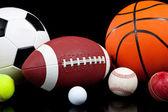 rozmanité sportovní míče na černém pozadí