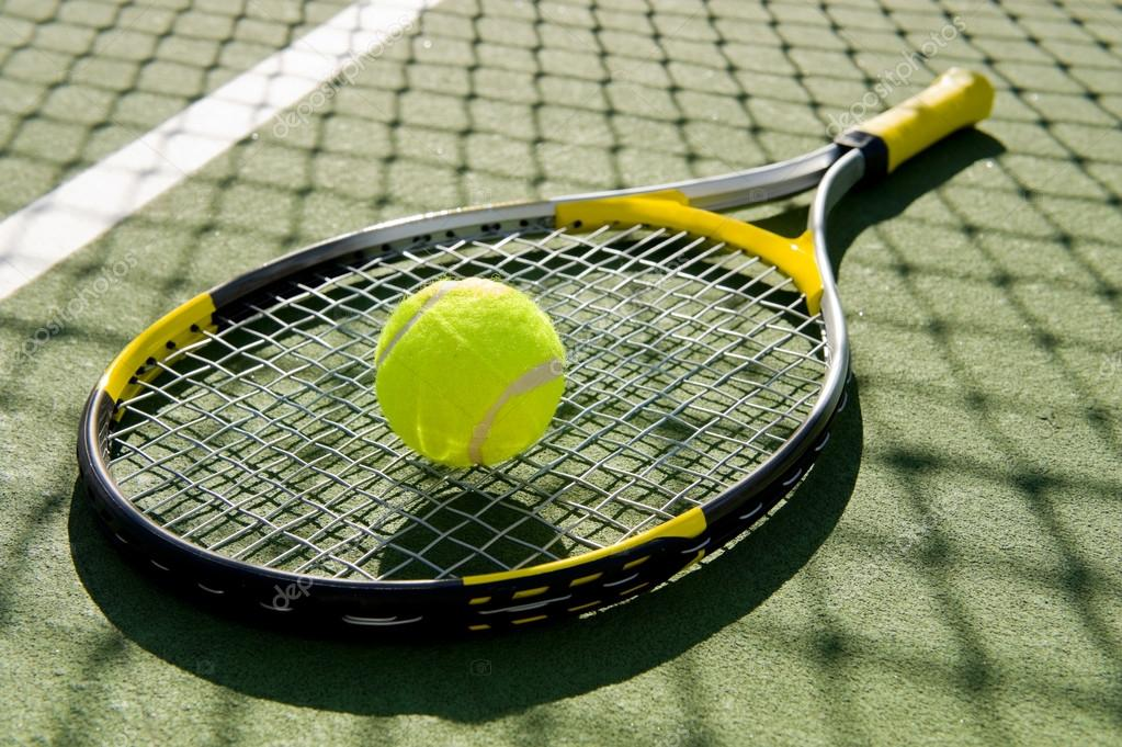 87399b71c5 raquete de tênis e bola na quadra — Fotografias de Stock © miflippo ...