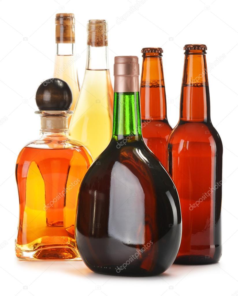 verschiedene alkoholische Getränke, die isoliert auf weiss ...