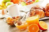 Snídaně včetně káva, chléb, med, pomerančový džus, müsli