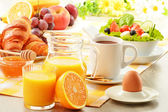 Fotografie snídaně s kávou, pomerančová šťáva, rohlík, vejce, zelenina