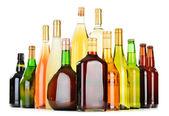 Fotografia bottiglie di alcolici assortiti isolati su bianco