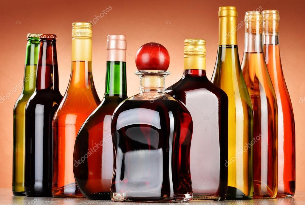 Flaschen für diverse alkoholische Getränke einschließlich Bier und ...