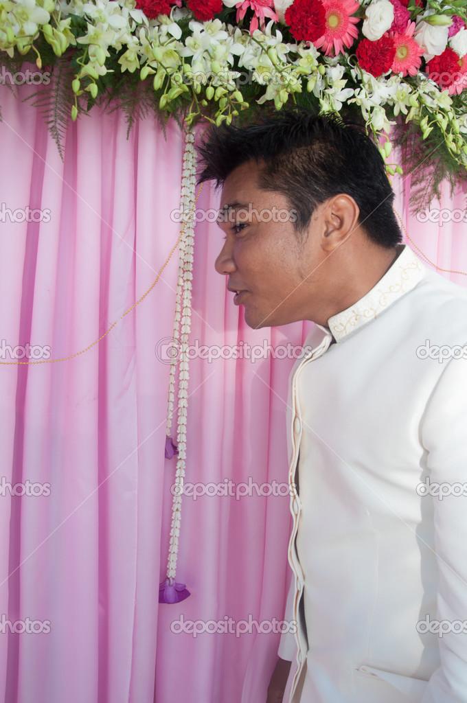 asiático novio tailandés en traje de novia tailandesa en la ...