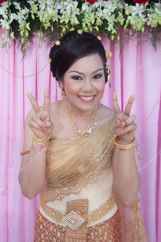 Asia novia tailandesa en traje de novia tailandesa sonriendo en boda ...