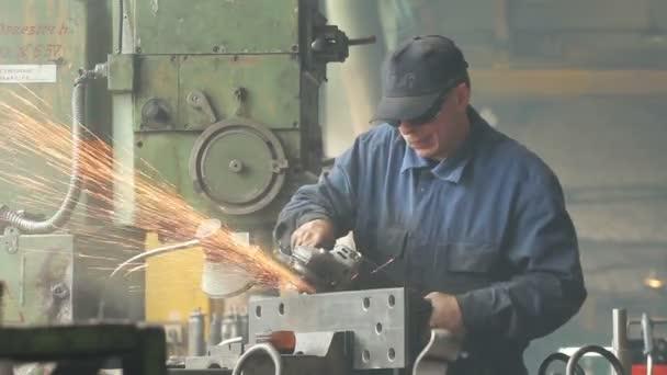 Arbeiter schleifen in einer Fabrik