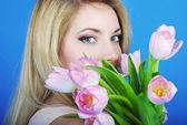 Portrét krásnou dívku s růžovou Tulipán