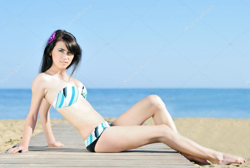 disponibilità nel Regno Unito c0da2 5959b Graziosa ragazza in costume da bagno blu a terra deathes ...
