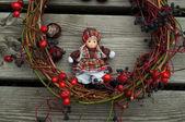 hračka panenka s podzimní dekorace
