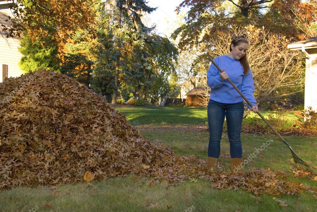 фото девушка убирает в саду для