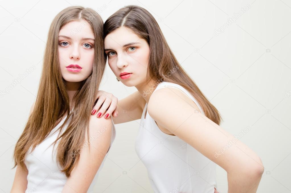 Twee mooie tiener meisjes mode blik stockfoto rosipro 26129525 - Tiener meisje foto ...