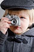 Malý chlapec hračka fotoaparát a fotí