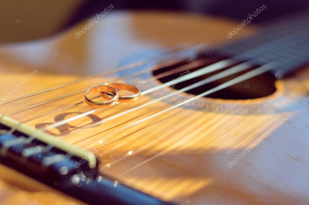 top design miglior valore migliore qualità Matrimonio anelli dorati su corde di chitarra — Foto Stock ...