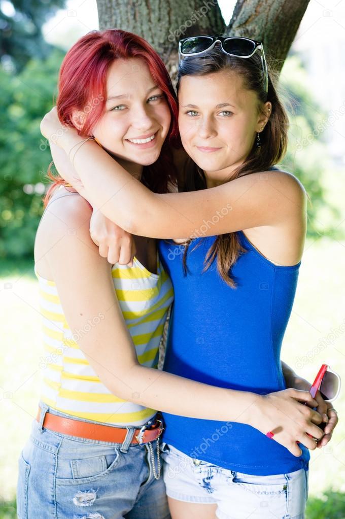 7345e9b936d Duas adolescentes felizes compartilhando fofoca e rindo — Fotografia de  Stock