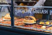 Gulyásleves, marhahús, a burgonya és a hús kolbásszal, szolgált egy kenyeret tálba