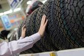 Fotografie Muž, který držel pneumatiky v úložišti