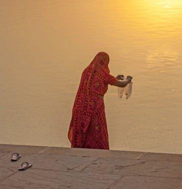 """Картина, постер, плакат, фотообои """"женщина кормит рыб в священном озере в пушкаре """", артикул 15988949"""