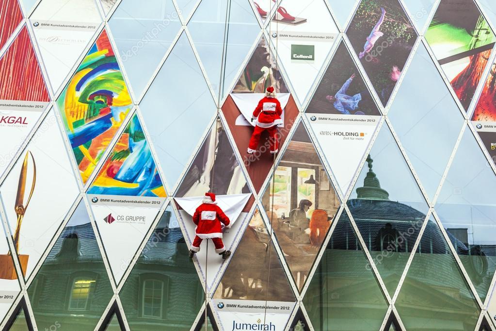 Bmw Weihnachtskalender.Two Climber Dresses As Santa Claus Climb Down The Myzeil Facade