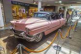Rosa 1956 Cadillac am Flughafen