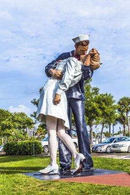Statue Unconditional surrender by Seward Johnson