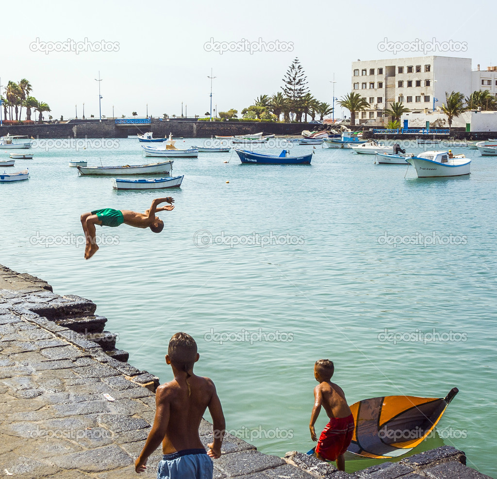 children play at the charco de San Gines