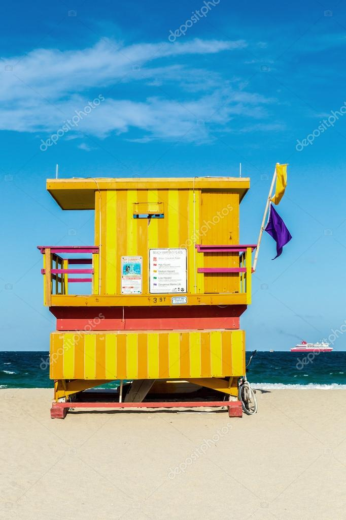 wooden life guard huts in art deco style in miami