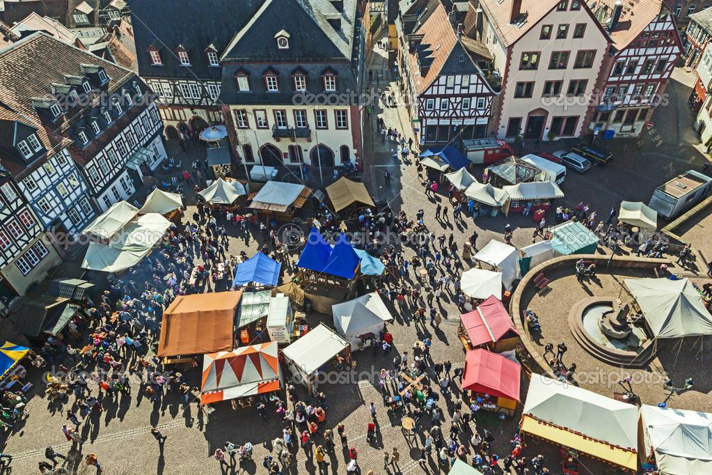 People enjoy the 24th Barbarossamarkt festival – Stock