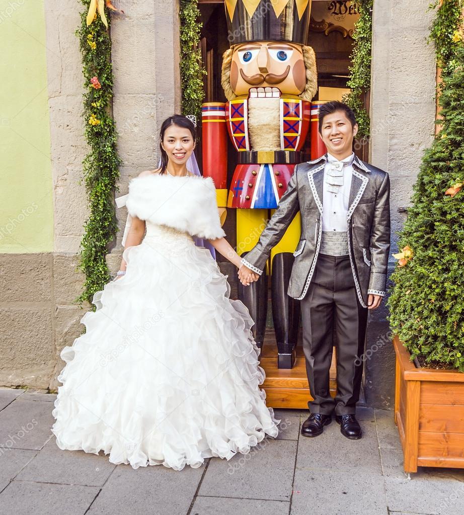 japanische Coupule stellt stolz in Hochzeit Kleider — Redaktionelles ...