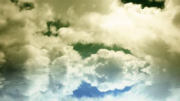 čas zanikla mraky a vodní kapky na reflexní povrch, přechodu