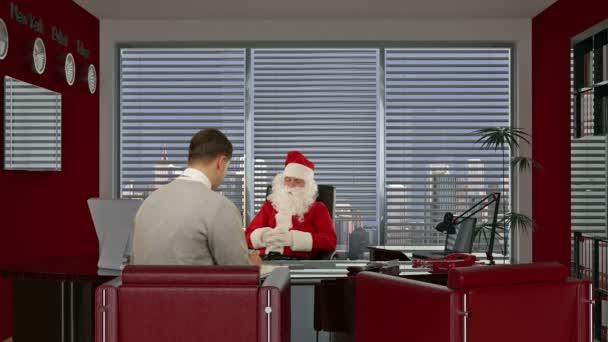 Santa claus podepsání smlouvy s mladý podnikatel