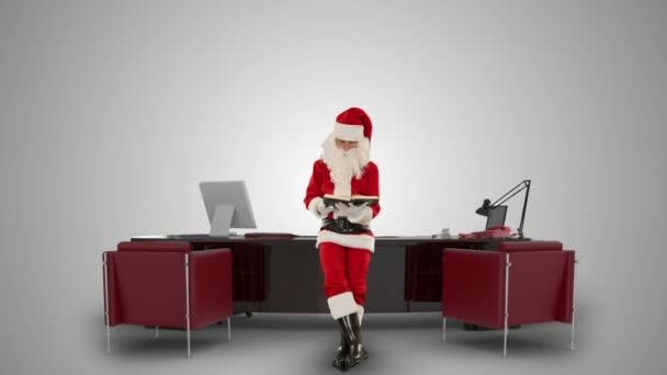 Santa claus čtení mapy v kanceláři moderní vánoční proti bílé