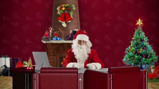 Santa claus mluví v místnosti vánoční