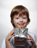 glückliche Junge mit Geschenk-box