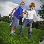dva šťastlivce hrát fotbal