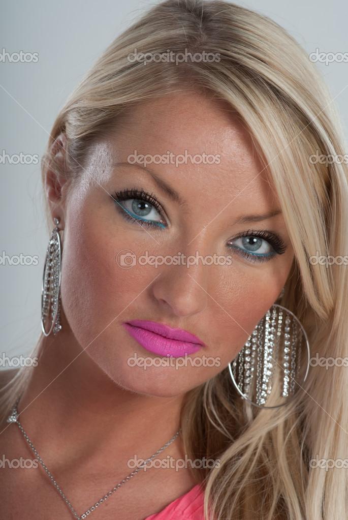 Rosa Lippenstift Blaue Augen Und Blonde Haare Stockfoto