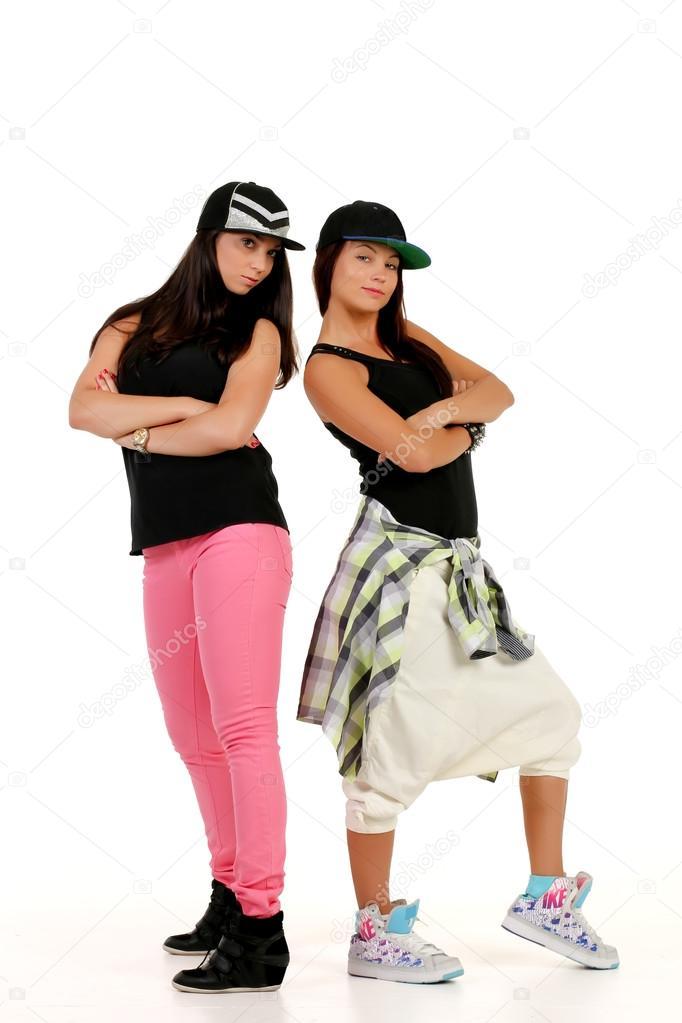 sports shoes 255f7 8a802 Due giovane donna attraente in posa in abiti hip-hop — Foto ...