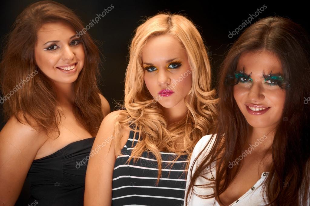 Un grupo de jvenes modelos contra el fondo oscuro fotos de stock un grupo de jvenes modelos contra el fondo oscuro fotos de stock altavistaventures Choice Image