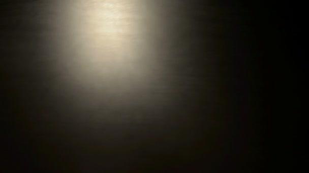 žluté světlo v pohybu na černém pozadí