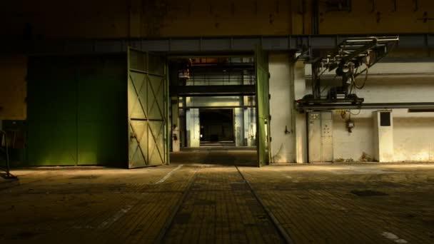 opuštěné průmyslové interiér v tmavých barvách