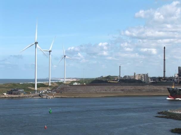 průmyslového přístavu ijmuiden-nákladní loď a větrné elektrárny - část 3