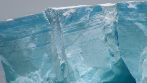 Antartica - tabellarische Eisberg in Bransfield strait - closeup