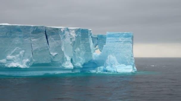 antartica - tabellarischer Eisberg in der Meerenge von Bransfield