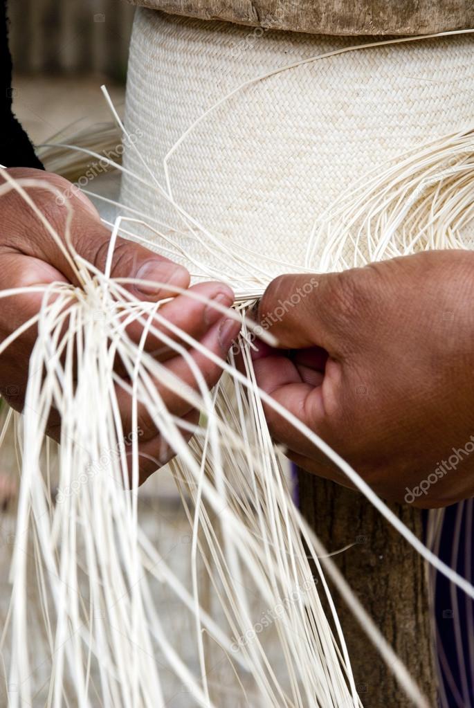 Tessitura tradizionale ecuadoriana toquilla paglia cappelli - patrimonio  culturale immateriale dell umanità — Foto di adfoto 06f06a7c0cb0