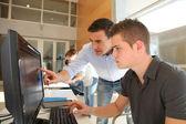 Fotografie Lehrer und Schüler arbeiten am computer